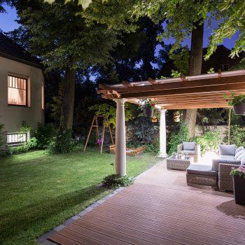 Foto do jardim iluminado à noite