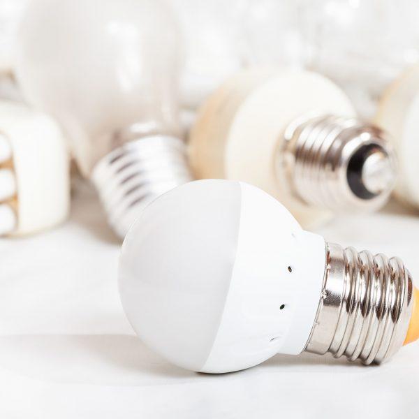 lâmpada LED economizadora de energia e várias lâmpadas antigas