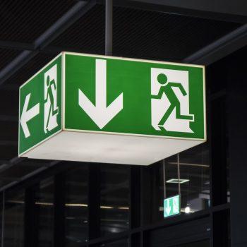 Sinal de saída iluminado verde