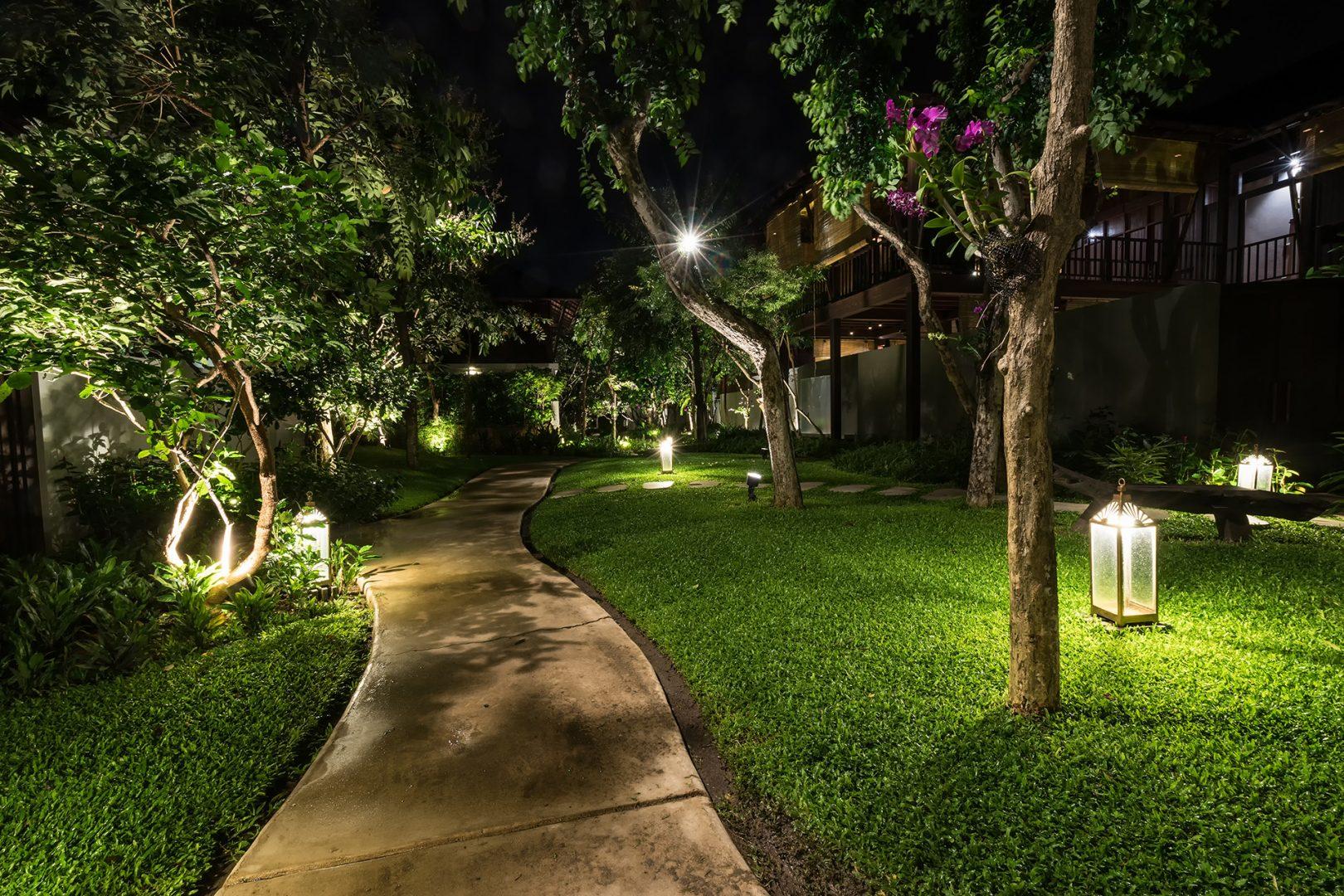 passagem iluminada no jardim na noite