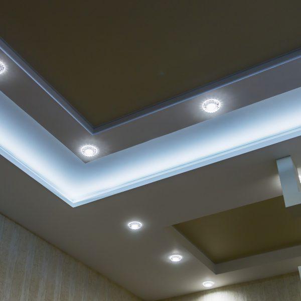 teto suspenso e construção drywall na decoração do apartamento ou casa. foco em estruturas de carvão