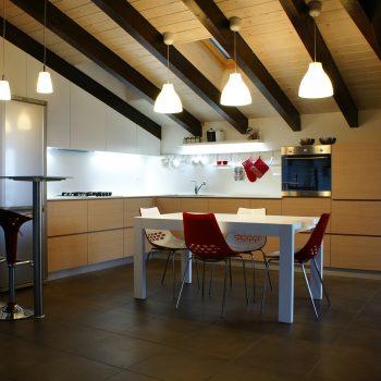 Cozinha espaçosa e iluminada
