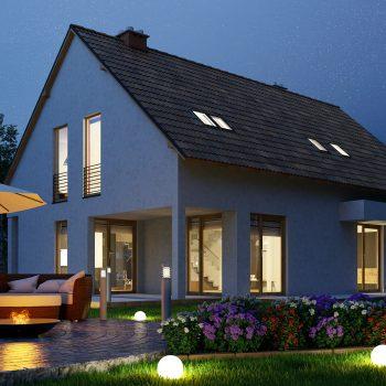 Moradia com luz no jardim à noite