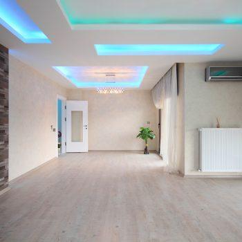 Sala vazia com iluminação escondida