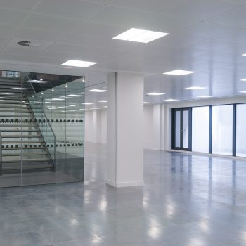 Escadas no escritório moderno