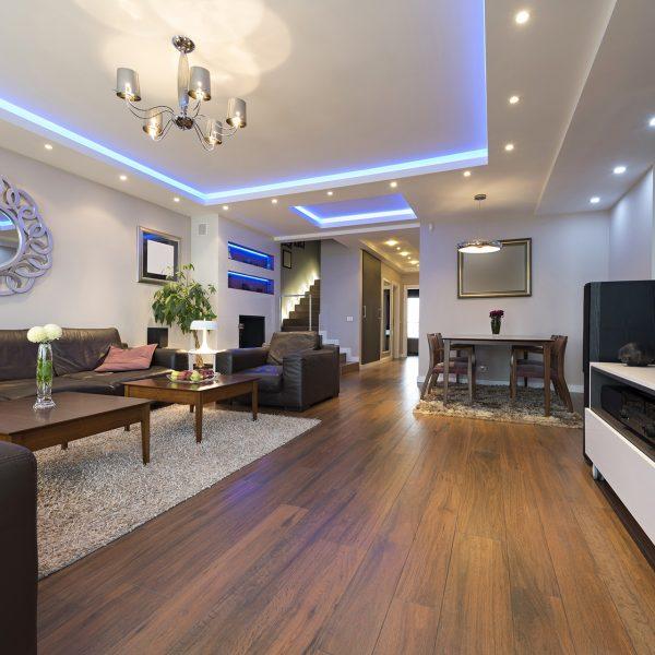 sala de estar interior com luzes de teto